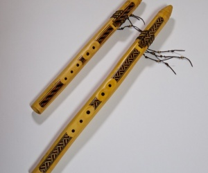 Zdobená indiánská flétna malá