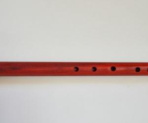 Meditační flétna D z červeného dřeva